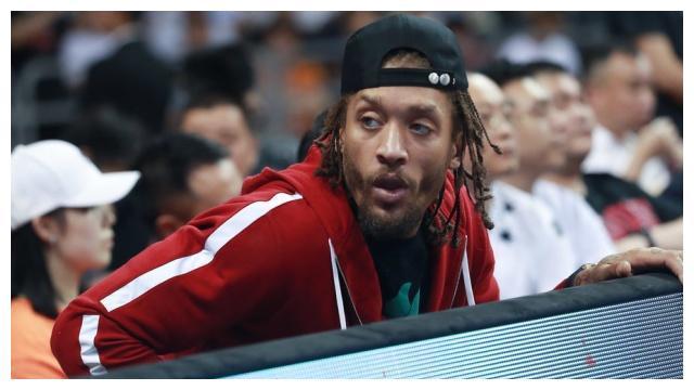 球迷调侃广东宏远高薪签约比斯利当吉祥物,杜锋为何不用他?