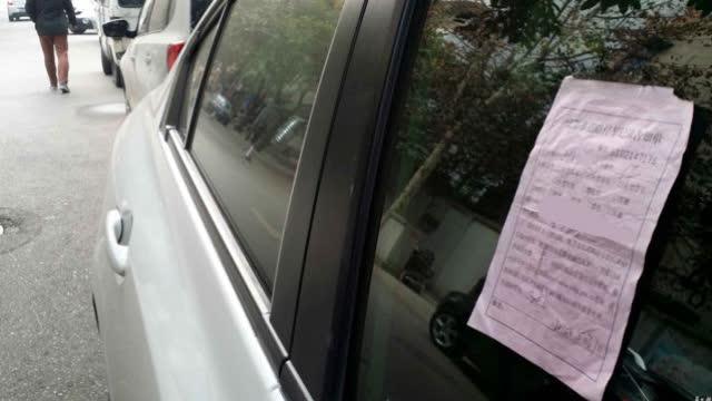 """女司机路边违停却给自己贴""""罚单"""",悲剧了!"""