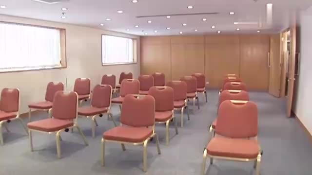 众人去上补习班,谁知教授上来1个问题,1房间的人居然无人能回答