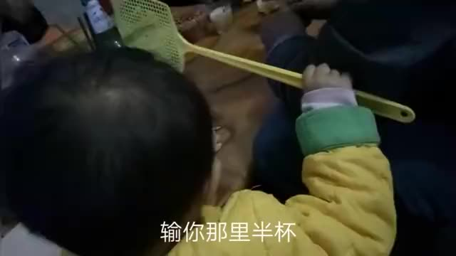 河南农村,一盘油炸花生一包辣条,几个人就能围着桌子小酌一杯