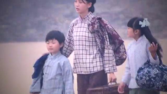 淑华带孩子来到澎湖,这里是淑华生长的地方,淑华和自己妈抱头痛