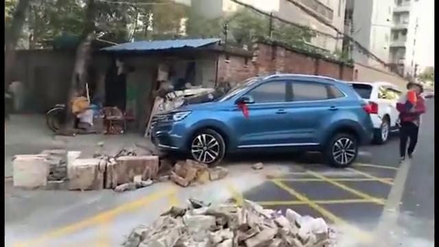 视频:新提的荣威RX5,过年回老家,不小心撞墙了