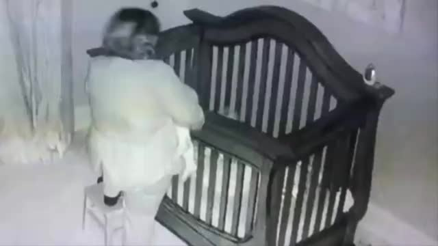 奶奶把睡着的宝宝放婴儿床,不料自己载进床内,小娃醒来一脸懵圈