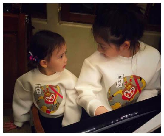 黄磊一视同仁,让两女儿穿同款睡衣,但孙莉小女儿对黄多多很崇拜