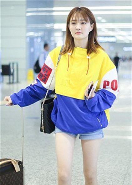 徐璐街拍:Ralph Lauren拼色运动夹克LV老花行李箱,明艳动感