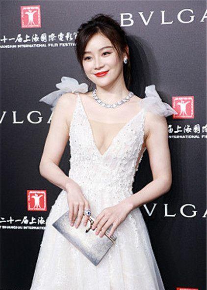 21届上海电影节星装:袁姗姗深V刺绣纱裙,Bvlgari手包清新仙女