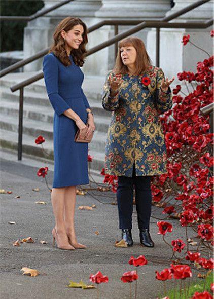 凯特王妃一袭蓝裙优雅端庄,举手投足尽显女性魅力