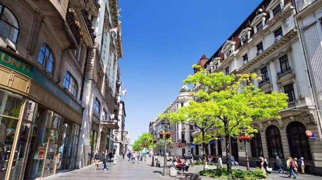 米哈伊洛大公街,这里繁华热闹人流如潮,值得来看一下