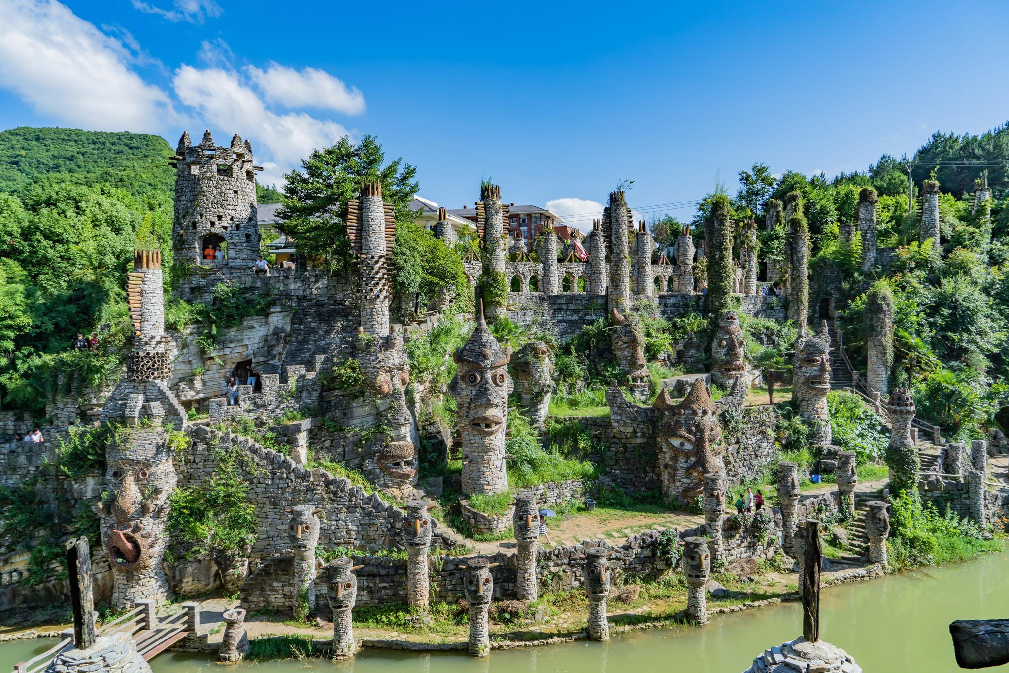 贵州80岁老人,借300万元花22年,用废石头等打造一座神秘之谷