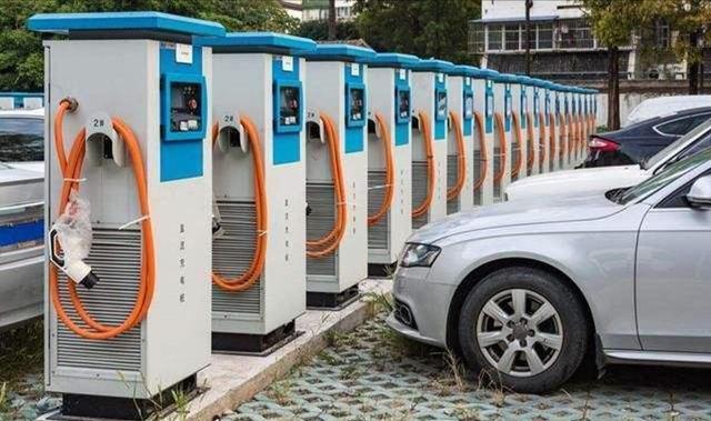 电动车车主叫苦,充电点本来就少,还沦为燃油车的免费停车位