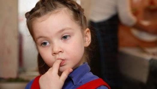 6岁女孩主动要和父母分房睡,听到背后原因,妈妈低头不说话