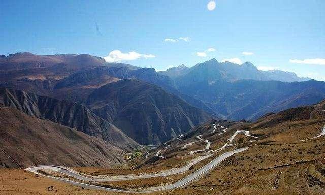 西藏线上最孤独的加油站,仅一名职工,油罐就在半山坡上