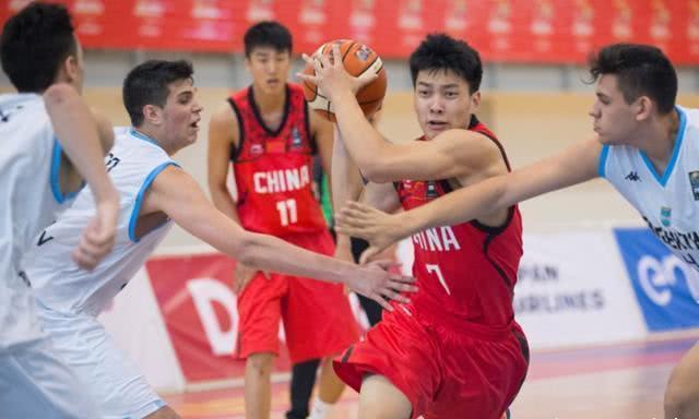 他出身篮球世家, 因盖帽易建联成名! 今21岁受李楠重点关注!