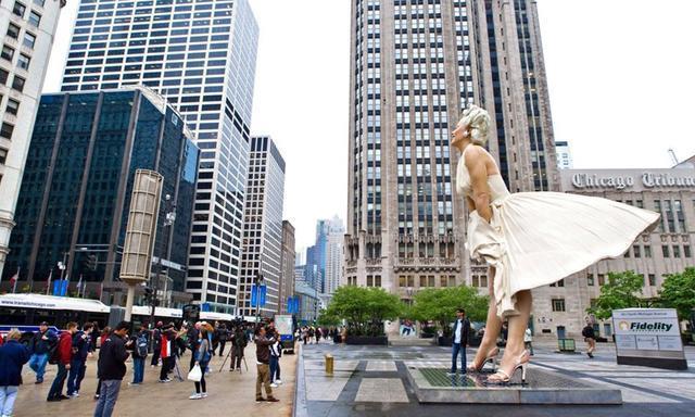 """世界""""最无辜""""的雕像,下雨游客在雕塑裙底躲雨,当地人:有伤风"""