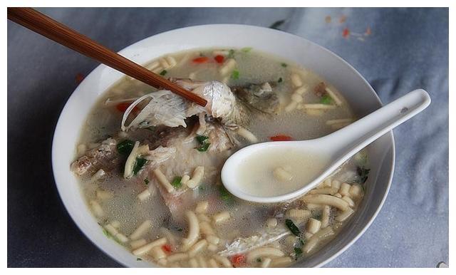 如何将鲫鱼汤煮到口感润滑、鲜甜浓郁,汤色像牛奶一样白?看秘诀