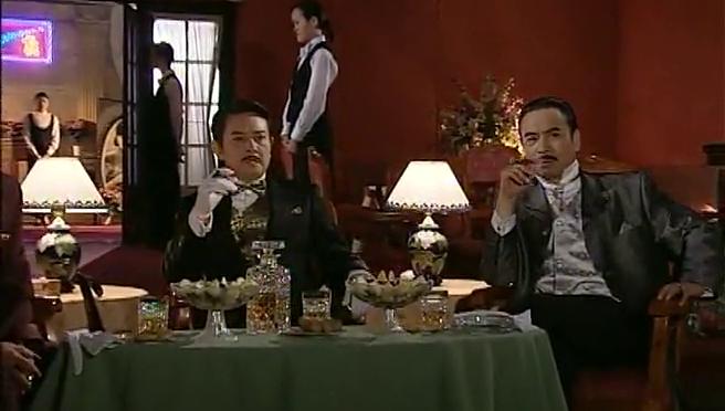 舞厅里聚集了上海两大富豪,他们是来重温旧事的,画面太震撼了