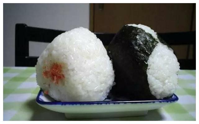"""日本女生发明""""腋下饭团"""",小伙子吃得很开心,网友:难理解"""