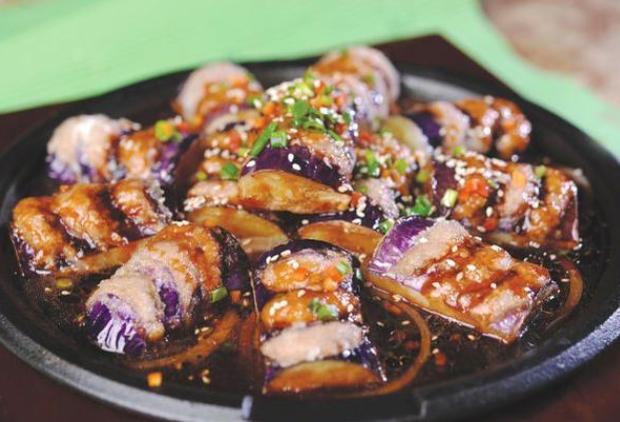 红烧茄子吃腻了,塞点肉馅一起煎,皮嫩内脆很有特色