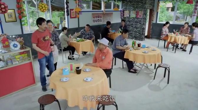 男子到饭店吃饭,被调侃抠门,男子竟吹牛自己的老婆厨艺比饭店好