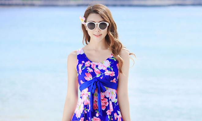 清纯名模马代亮相,身穿蓝色印花连衣裙,这气质成熟大方有魅力
