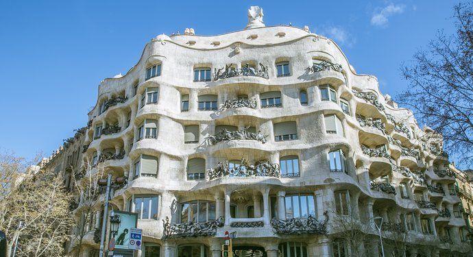 米拉之家建于1906至1912年间,它是建筑大师高迪的杰作之一!