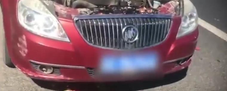 又一台车自燃!乃是11万别克凯越,引擎盖着火,车主用西瓜灭火