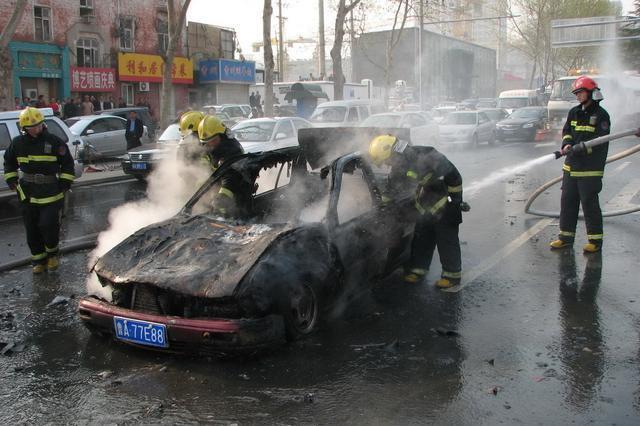 新车三年内自燃谁负责,新车3年自燃厂家赔吗