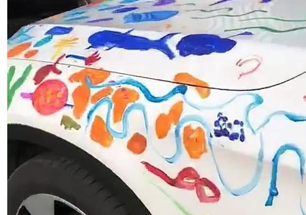 """奔驰车被熊孩子""""涂鸦"""",车主看到车,声称:擦,我是不会擦掉的"""