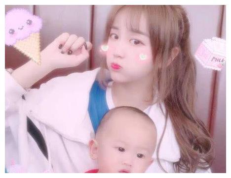 杨清柠与儿子合照,嘟嘴卖萌好可爱,网友:一点儿都不像母子!