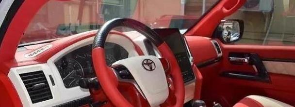 最霸气中国红,配全时四驱带V8声浪,单挑路虎揽胜,年轻人都爱