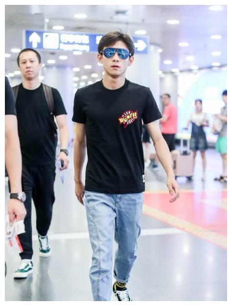 张一山现身机场走路带风,T恤配牛仔裤穿出属于自己的大牌气场