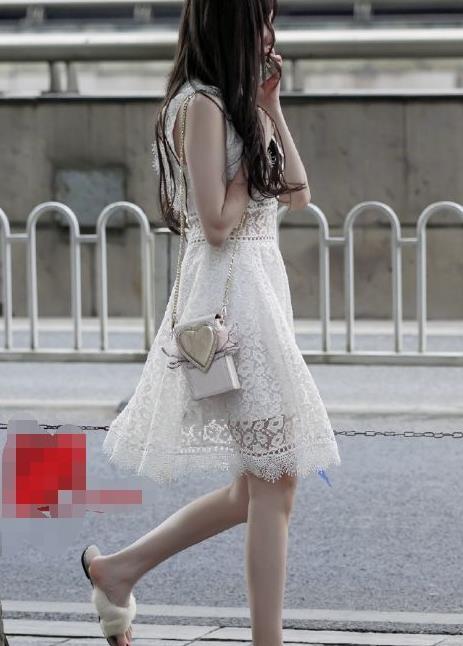 路人街拍:穿着蕾丝白裙,美出了大学初恋般的专属气质!