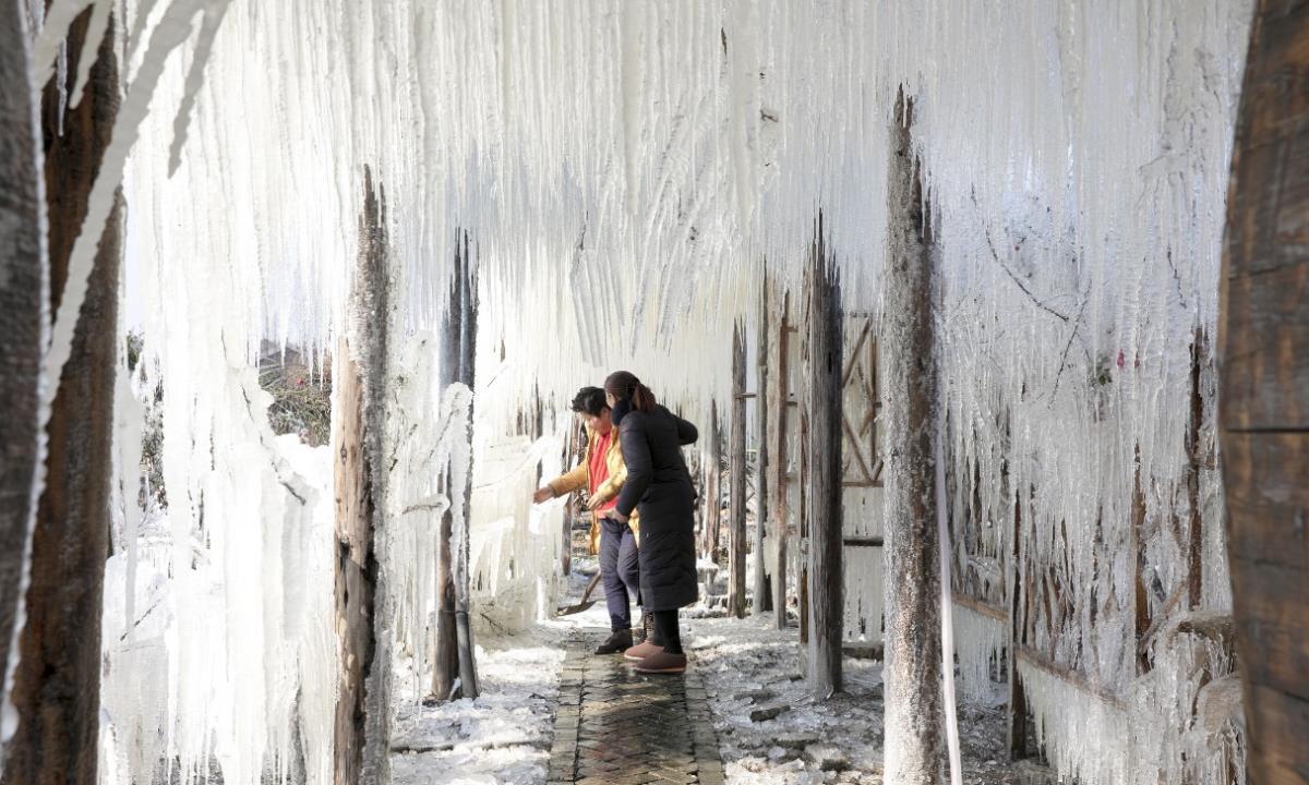 无锡人造冰凌景观,游客站在冰凌下,网友:不怕万箭穿心吗?