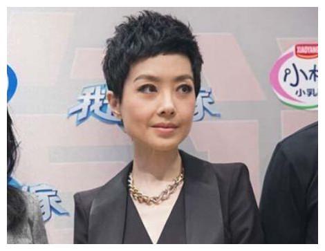 """48岁的鲁豫""""大头娃娃""""要换发型了?网友:原来她这么美!"""
