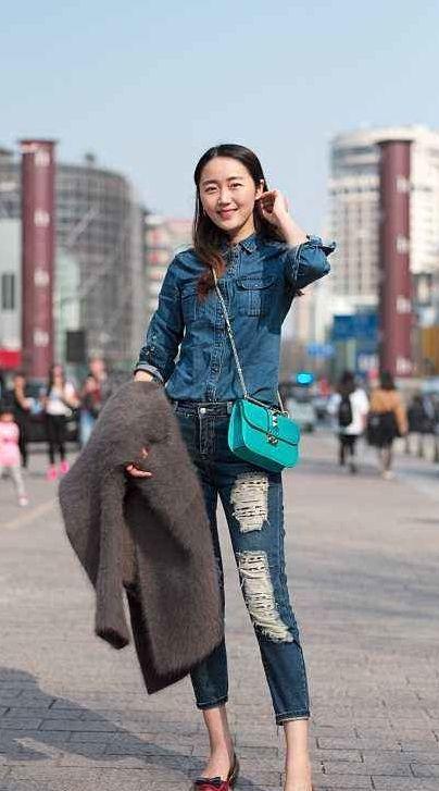 街拍:天使般面孔的小姐姐,高跟鞋配牛仔裤,白色外套显得很清纯