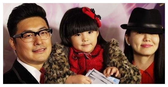 """李湘""""炫富""""新高界,晒饰品标签也不撕,价格顶一个月的生活费"""