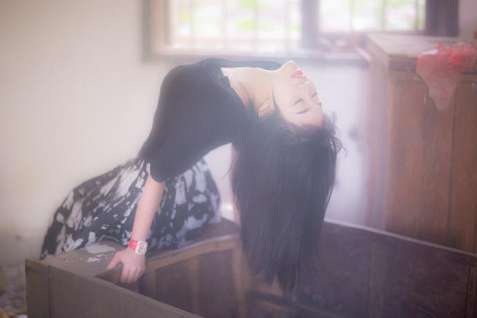抬起她的腿深深进入作文 抬起一条腿按在墙上