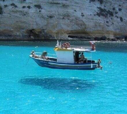旅游:全球最清澈的湖泊,船只仿佛浮在湖面