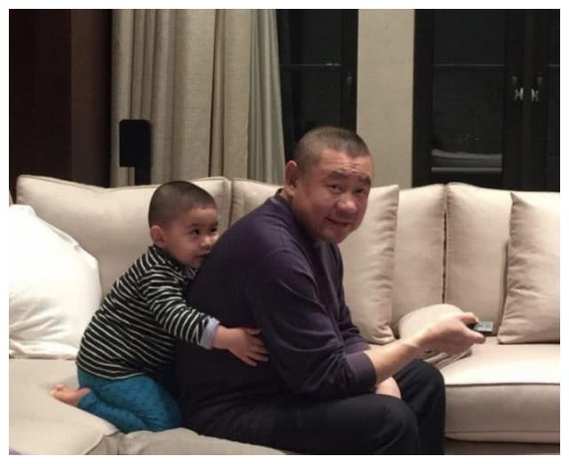 甘比与丈夫刘銮雄热心公益,除了送口罩,近期捐了3千万做善事