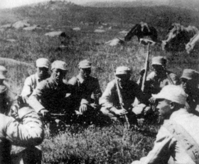 抗战时八路军旧照:小鬼帮忙破坏日寇铁路,图5八路军缴获的军火