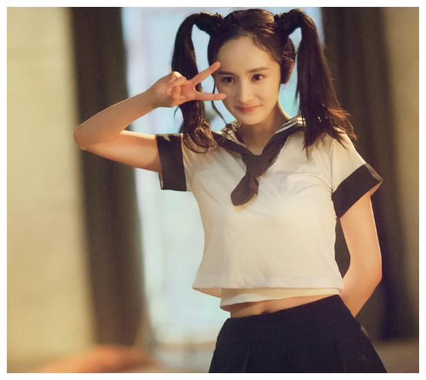 杨幂的学生装,唐嫣的学生装,李沁的学生装,统统都输给了她