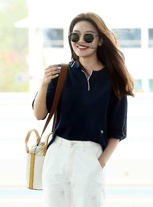 韩国女艺人秀英现身机场 清新甜美