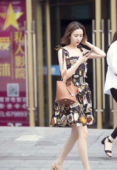 时尚街拍:美女穿着修身长裙,迈着一双白皙大长腿,时尚迷人