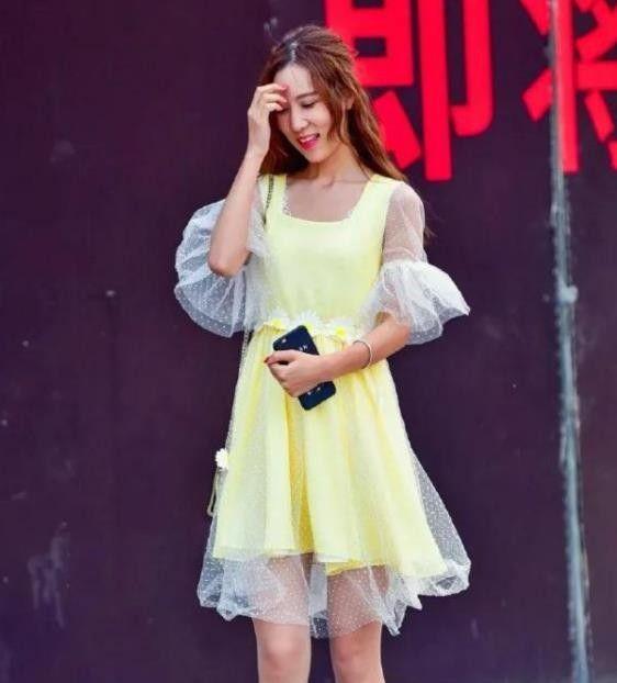 街拍:语笑嫣然的小姐姐,一条黄色连衣裙,时尚靓丽气质迷人