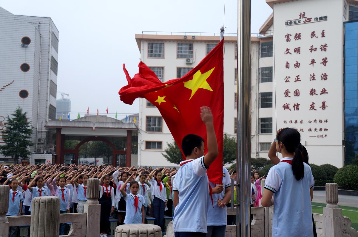 汉阴县城关一小举行新学期升旗仪式,3000余名师生向国旗敬礼