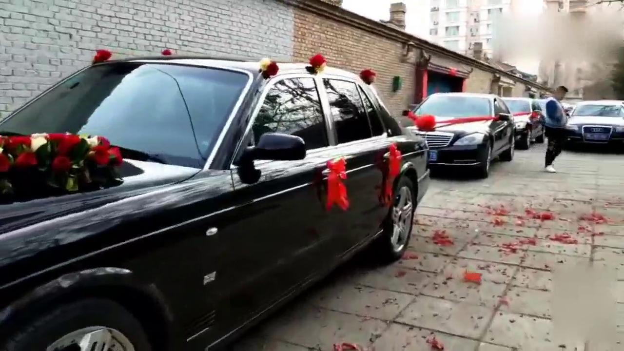 视频:经典的宾利雅致728带领奔驰婚车队