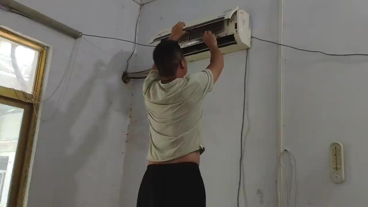 河南南阳:农村小伙把空调的这个地方拆下来刷一下