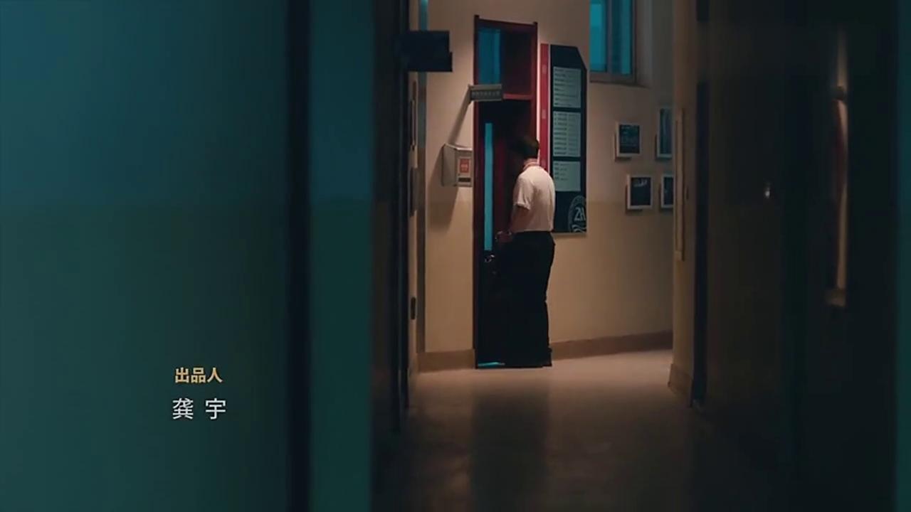 林杨戴着帽子偷偷潜入办公室,将自己的分班结果改成了文科!