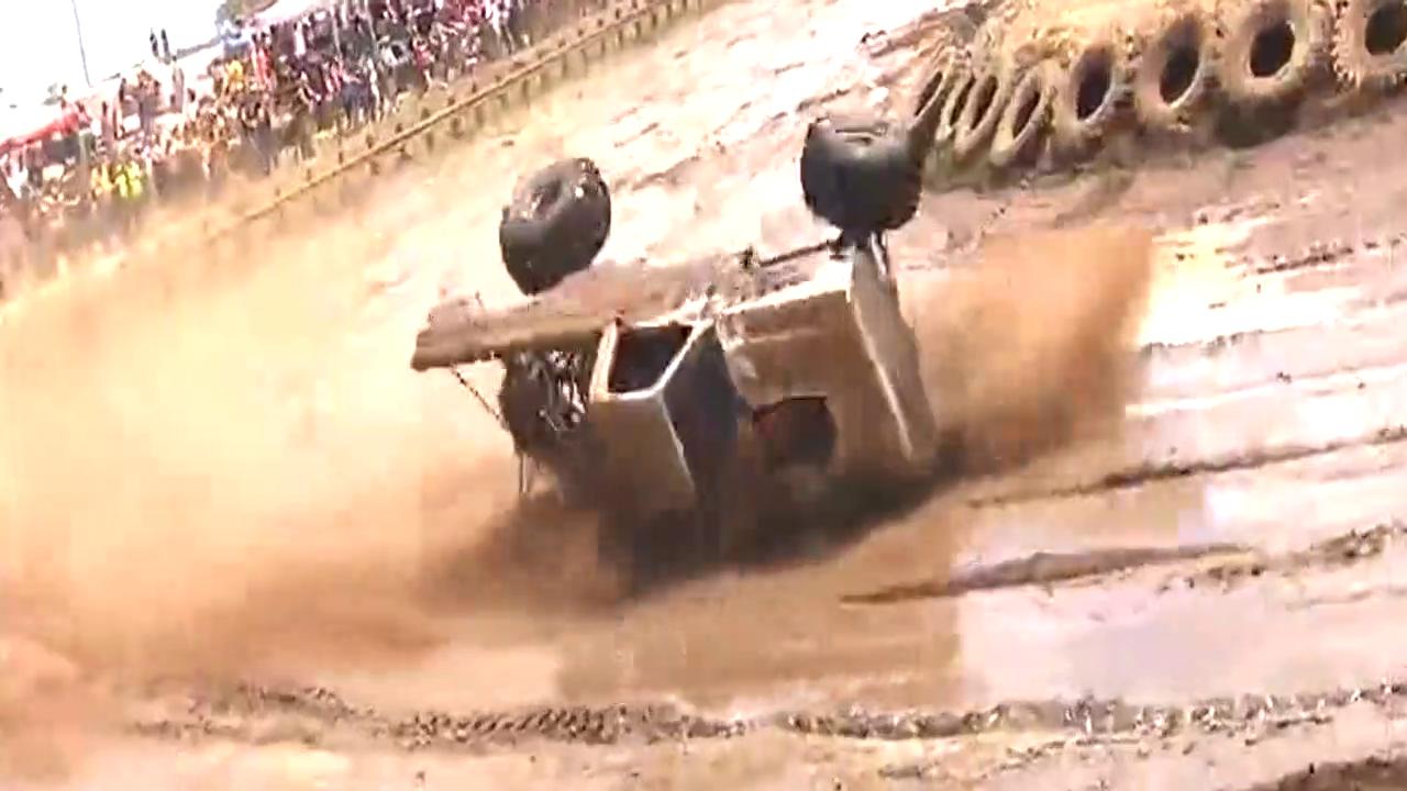 越野车比赛视频集锦,在泥浆地里狂飙真是太狂野了