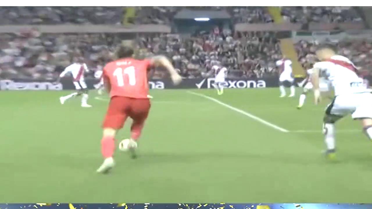 巴列卡诺门将抢在对方前锋之前抱住了球